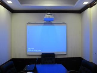 Проектор и экран в офисах