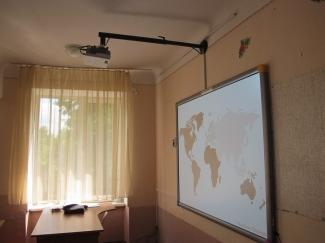 Проектор и экран в школах