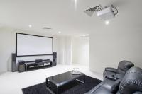 Установка проектора и экрана в квартире, доме
