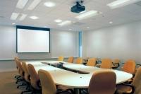 Установка проектора и экрана в школе, офисе